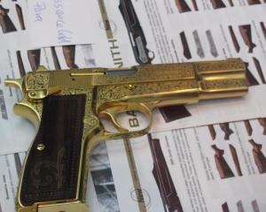дорогие-подарки-ножи-пепельницы-зажигалки-пистолеты-автоматы-оружие-вещи-1
