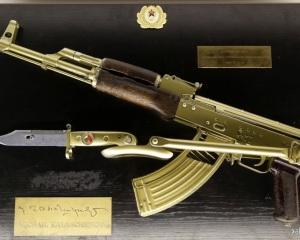 дорогие-подарки-ножи-пепельницы-зажигалки-пистолеты-автоматы-оружие-вещи-118