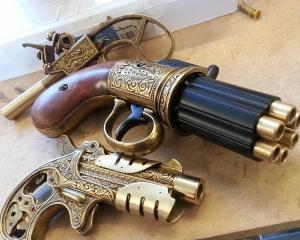 дорогие-подарки-ножи-пепельницы-зажигалки-пистолеты-автоматы-оружие-вещи-140