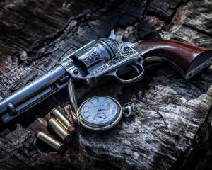 дорогие-подарки-ножи-пепельницы-зажигалки-пистолеты-автоматы-оружие-вещи-145